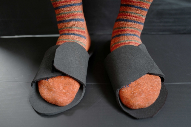 ダサいをイメージさせる、ダサい靴下を履いた画像