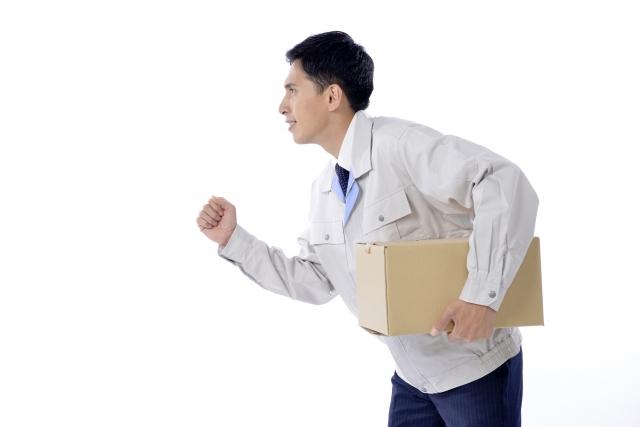 注文された商品を運んでいる男性