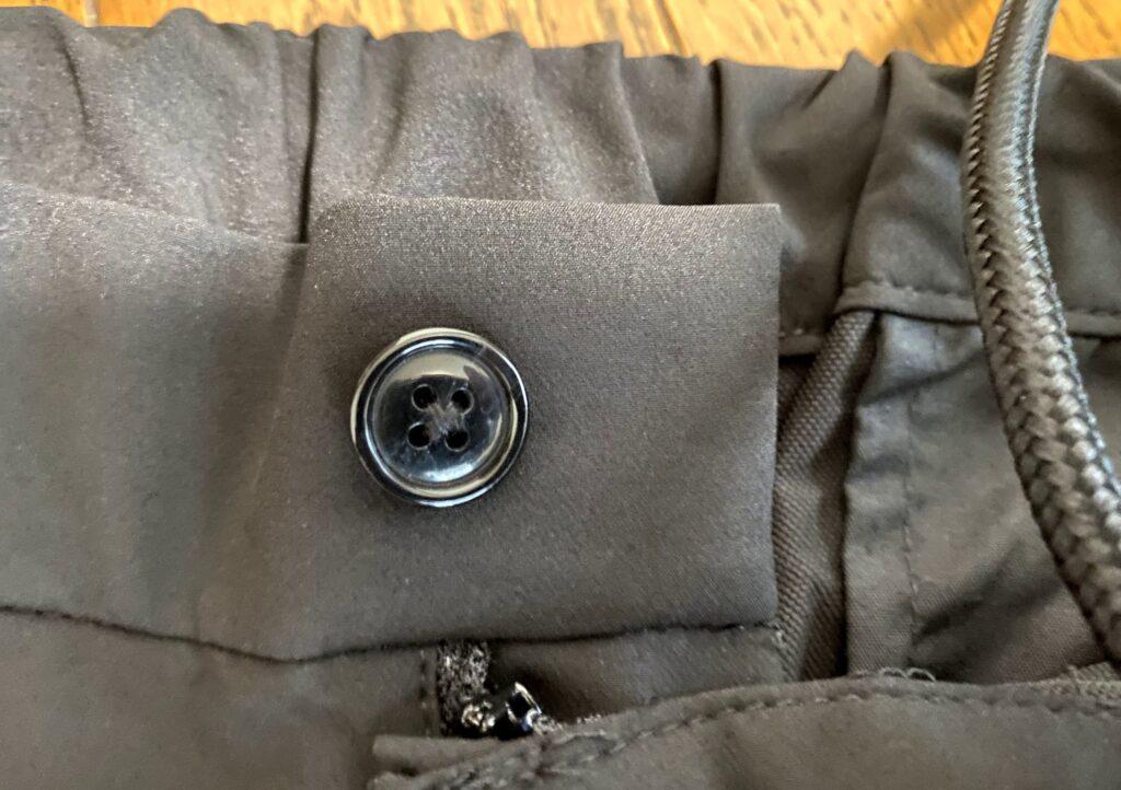 DcollectionのIt's moreパンツのボタンを近くで撮影した写真