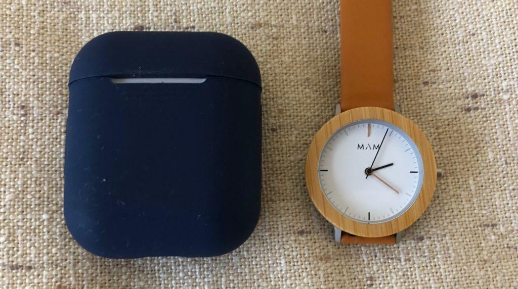 MAMの時計とAirpodsを並べて取って大きさを比較している写真