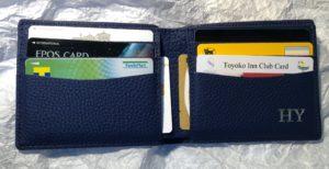 Maison de Sabreの財布にカードを入れた写真