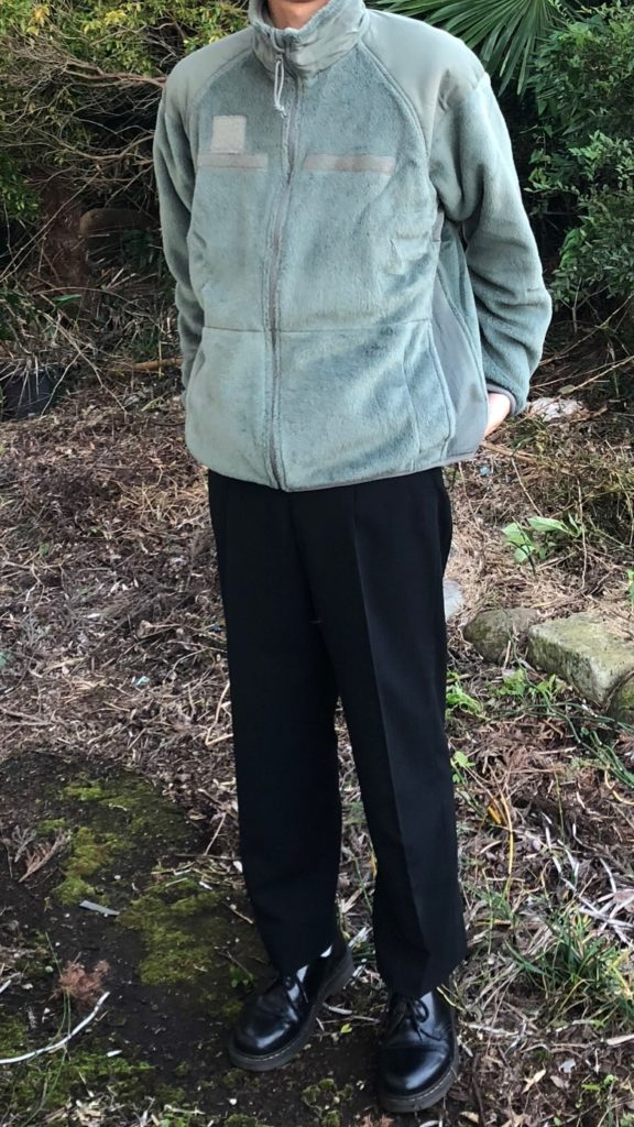 ECWCSLevel3フリースジャケットと黒スラックス、革靴を合わせたコーデ写真