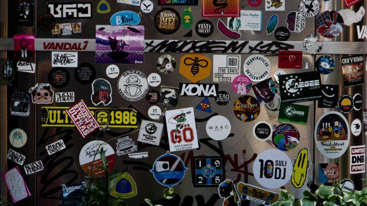 ストリートブランドなど様々なロゴのステッカーが貼ってある画像