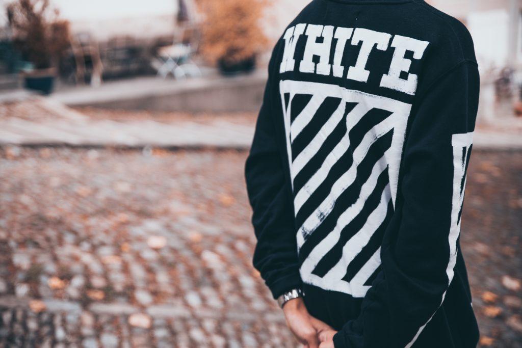 OFF-WHITEを着ている男性の写真