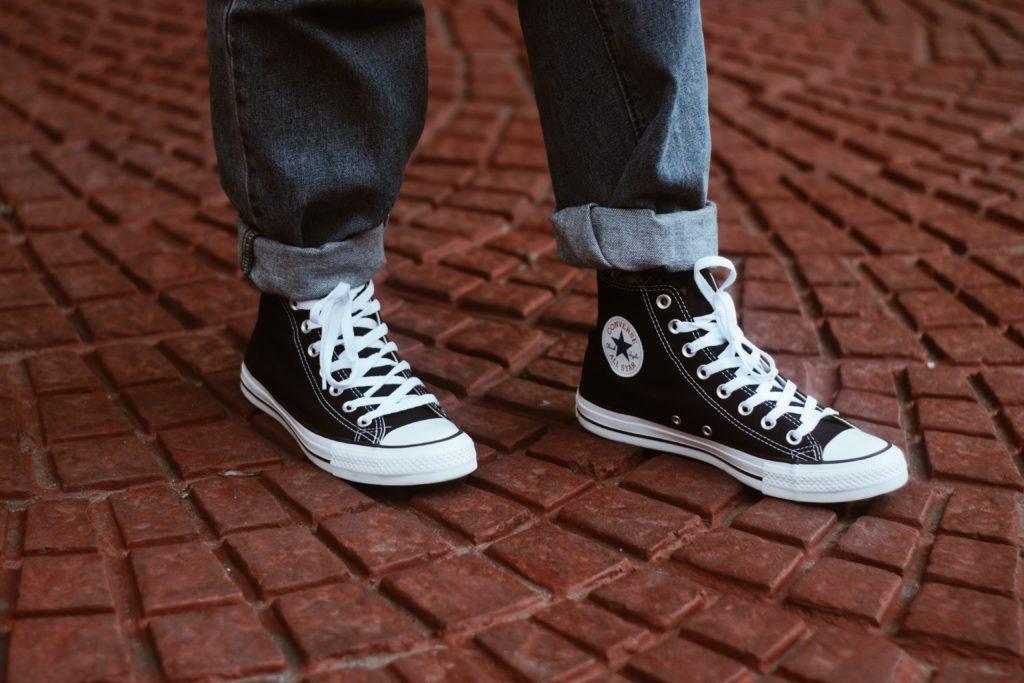 スニーカーをストリートファッションに取り入れるポイント抑えたコーデ例