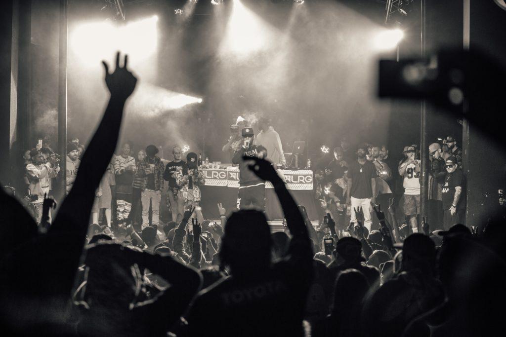 アンダーグランドな雰囲気のヒップホップのライブ会場の写真
