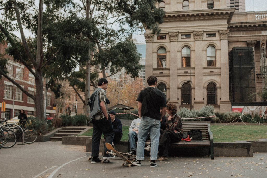 スケートボードをする人達の画像